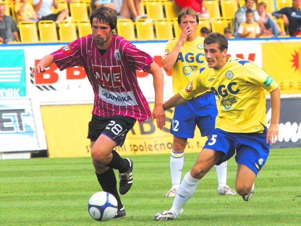 Tomáš Sedláček, jenž v Teplicích měl jedinou pořádnou šanci fotbalistů Dynama, uniká Admiru Ljevakovičovi (v pozadí přihlíží Michal Doležal): Teplice – Č. Budějovice v I. lize 4:0.