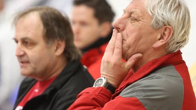 Malé nahlédnutí do archivu prozradí, že v roce 2011 juniorku úspěšně provedli baráží zkušení trenéři Jágr (vpředu) a Kupka.