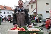 Miroslav Sybal pěstuje brambory, jablka i jahody. To vše poté prodává mimo jiné na tradičním trhu, kterým každý čtvrtek a sobotu ožívá českobudějovické Piaristické náměstí.