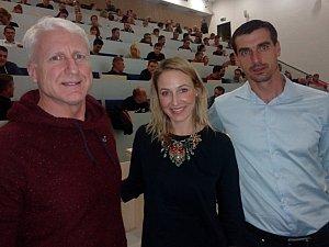 V sále jihočeské univerzity pozorně poslouchalo přednášku Mariana Jelínka a Kamily Jetmarové 170 zájemců. Na snímku vpravo jeden z hlavních pořadatelů Kamil Tobiáš.