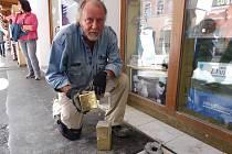 Günter demnig osobně zasadil všechny Kameny zmizelých.