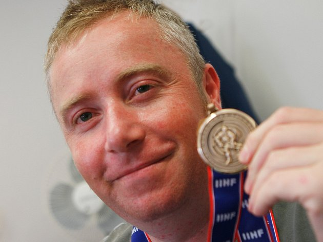 Tomáš Pier s bronzovou medailí z B-skupiny MS v inline hokeji.