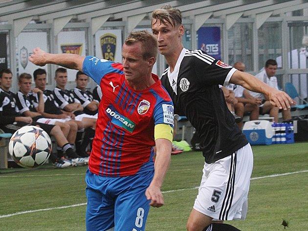Pavel Novák (vpravo v zápase s Plzní atakuje Limberského) proti Mladé Boleslavi patřil k oporám Dynama.