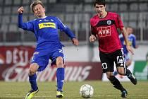 Petr Javorek (na snímku z Olomouce bojuje s Heinzem) bude v neděli proti Bohemians pro čtvrtou žlutou kartu chybět.