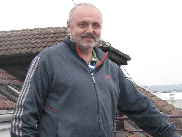 Meteorolog Jaroslav Hintermuller na střeše sídla českobudějovické pobočky ČHMÚ.