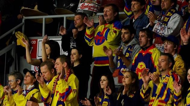 Fanoušci Motoru své mužstvo neúnavně povzbuzují, hráči jim však moc radosti nedělají.