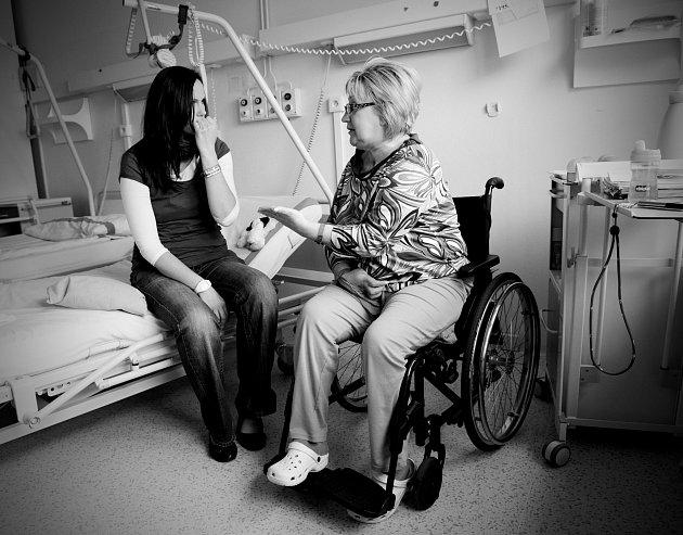 Dobrovolníci pomáhají pacientům.