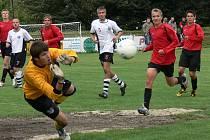 Dorostenec v bráně Lokomotivy Č. Budějovice Milan Vaňas kryje přímý kop Michala Kiesslinga. Porážce 0:3 od Dačic ale debutant A - mužstva zabránit nedokázal.