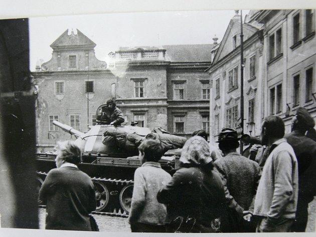 """""""První tanky Varšavské smlouvy jsem viděl 22.srpna zmostu ukina, když projížděly do Boletic,"""" vzpomíná Karel Podruh zČeského Krumlova. """"Nikdy nezapomenu na momenty, kdy děla tanků mířila na krumlovskou radnici.'"""