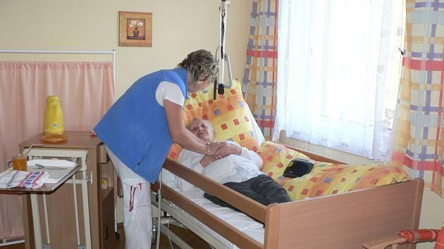 Veškerou péči pro staré a nesoběstačné osoby zajišťují domovy pro seniory. Pakliže důchodce žije v domově, příspěvek na péči putuje tomuto zařízení .