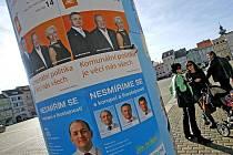 V minulých komunálních volbách měly politické strany výlep plakátů na zvláštních válcích na náměstí Přemysla Otakara II. zadarmo. Letos si musejí výlep zaplatit.