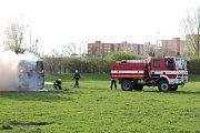 Vrak autobusu, který byl odstavený na louce podél cyklostezky v blízkosti sídliště Vltava, v úterý večer zapáli zatím z nejasných příčin neznámý žhář.