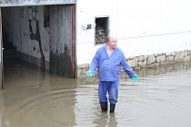 Pátý den povodní v Putimi. Václav Reichl pomáhá s likvidací škod.