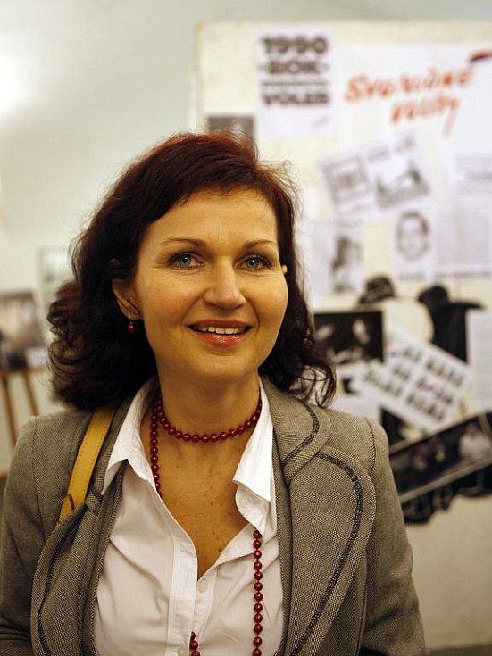 Studentská vůdkyně z Českých Budějovic, Monika Němcová, na výstavě fotografií z roku 1989 ve výstavní síni českobudějovické radnice.