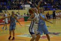 Basketbalistky Strakonic prohrály s USK Praha o třicet devět bodů. Zora Jilečková (vlevo s číslem 14) bojuje v domácím utkání s Jelenou Dubljevičovou.