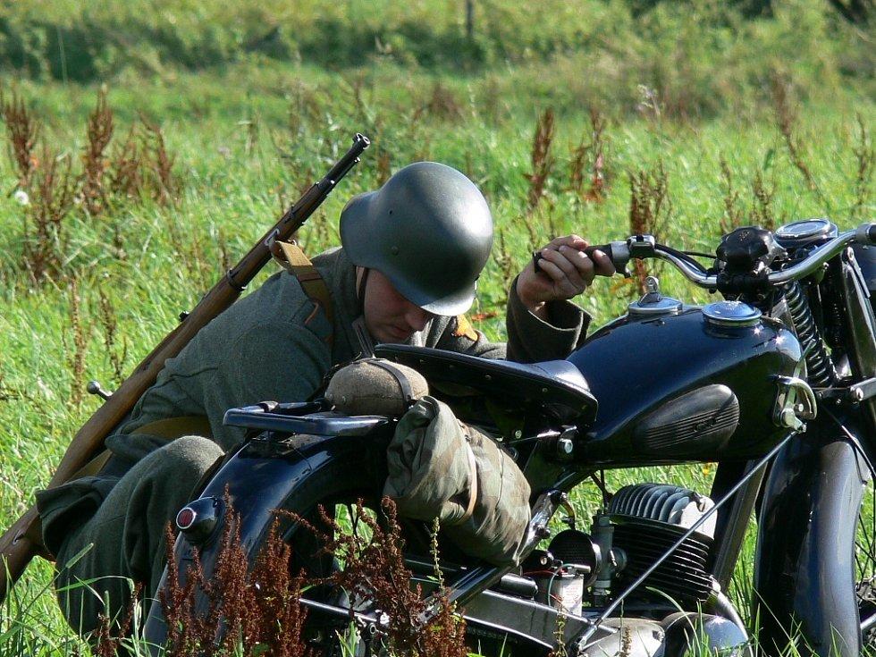 Milovníci vojenské historie spolu s několika vojenskými historickými kluby v sobotu předvedli v Horní Stropnici ukázku bitvy z konce II. světové války.