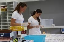 Všechny vzorky začnou svou cestu po laboratoři na tomto stole, kde je laborantky roztřídí podle toho, jaká vyšetření lékaři potřebují.