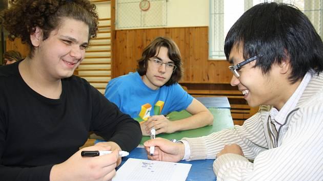 Jindřichohradecký tým přišel na turnaj podpořit také jeho bývalý člen, Chung Hoang The Son (vpravo), který nyní studuje na Jihočeské univerzitě. Jen tak cvičně si zahrál s kapitánem vítězného týmu Václavem Voráčkem.