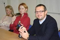 Zástupkyně nadačního fondu Kolečko Linda Rybová (vlevo) a Linda Jandová předaly lékaři Petrovi Toufarovi speciální skeletální vrtačku.