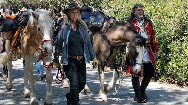 Na snímku jsou Tina Bocheová a Zsolt Szabo ještě na úpatí Akropole.