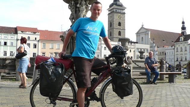 Chris Gruar (na snímku) se vydal na kole přes půl zeměkoule.