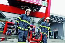 V sobotu minutu po desáté hodině dostali jak profesionální, tak dobrovolní hasiči z Českých Budějovic a okolí hlášení o požáru v obchodním domě Interspar na českobudějovické Strakonické ulici.