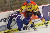 Bek Roman Tintěra dal jediný gól Motoru (na snímku vpravo v  utkání  s Brnem).