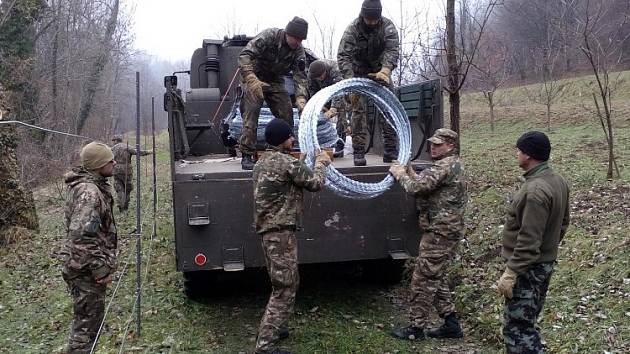 Do poloviny prosince budou vojáci ze 151. ženijního praporu v Bechyni působit ve Slovinsku. Na jeho východní a jižní hranici v rámci cvičení BLED 2015 vyrazili před měsícem.