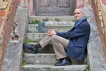 Spisovatel Jiří Hájíček v románu Zloději zelených koní skvěle vypráví o vltavínech a o lidské křehkosti.