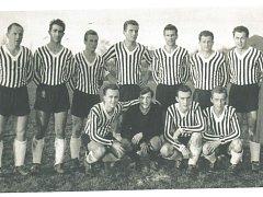 Josef Ševeček na snímu Dynama z přelomu 50. a 60.let nahoře třetí zleva.