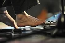 Na klávesy lze hrát koncerty i nohama.