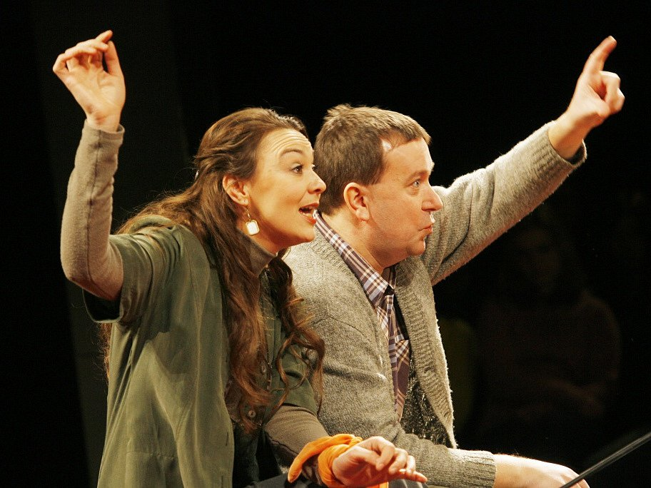 Herečka Lenka Krčková jako Veronika ve hře Bůh masakru, vpravo Martin Hruška, Jihočeské divadlo, 2009.