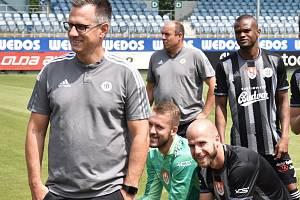 Fotbalisté Dynama vstoupí do nového ročníku I. ligy v neděli doma proti Teplicím (na snímku z předligového fotografování sportovní manažer Martin Vozábal a nový kapitán týmu Martin Králik.