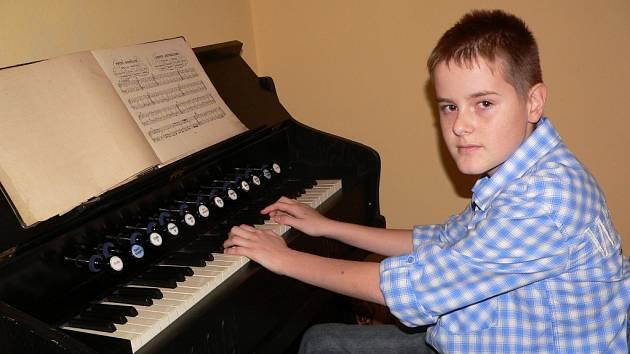 Matěj Majerik z Loučovic se svým harmoniem. Přispěl mu na ně zářijový Kabelkový veletrh Deníku. Z jeho výtěžku míří finanční podpora k talentovaným dětem.