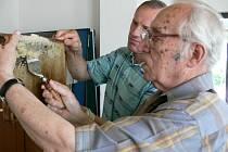 """""""Škrabka se musí ohřát v teplé vodě, aby šlo lépe odstranit víčka. A pod nimi je už zralý med,""""  ukazovali profesionálové v sobotu na trocnovském medobraní práci s plástvemi ."""