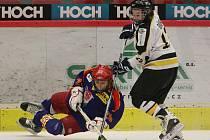 V zápase Dvořákova memoriálu mezi HC ČB a Oulu Kärpät (6:0) bojuje finský mladík Markus Räihä s domácím Lukášem Holubem.