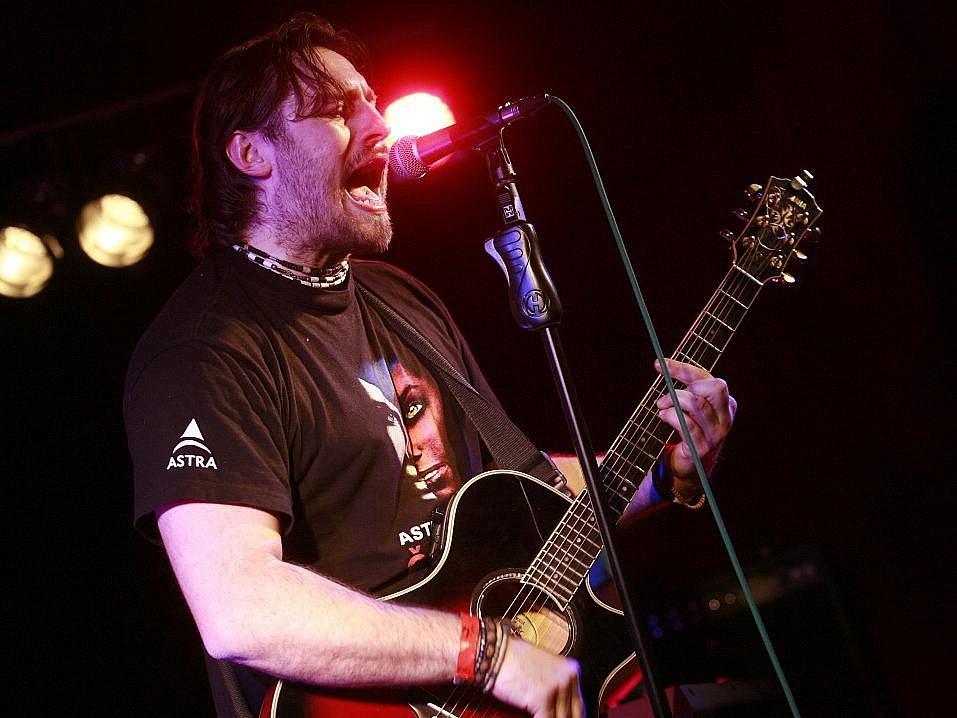 Zimní verze festivalu Okolo Třeboně nabídla 11. února v českobudějovickém Café klubu Slavie pět objevů. Na snímku Pavel Houfek, lídr pop rockové formace z Teplic.