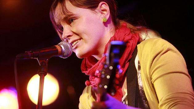 Zimní verze festivalu Okolo Třeboně nabídla 11. února v českobudějovickém Café klubu Slavie pět objevů. Na snímku ozdoba přehlídky, písničkářka Žofie Kabelková.