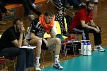 Na tvářích Stanislava Pochopa, Radka Macha a maséra Filipa Hocha (zleva) je znát napětí. Po vítězném utkání s Berlínem se ale všem ulevilo.