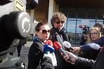 Poslední rozloučení s hercem Jiřím Pomeje v Českých Budějovicích. Na snímku herečka Dana Morávková s manželem Petrem Maláskem.