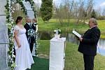 Roušky směli učástníci svatby odložit pouze během obřadu