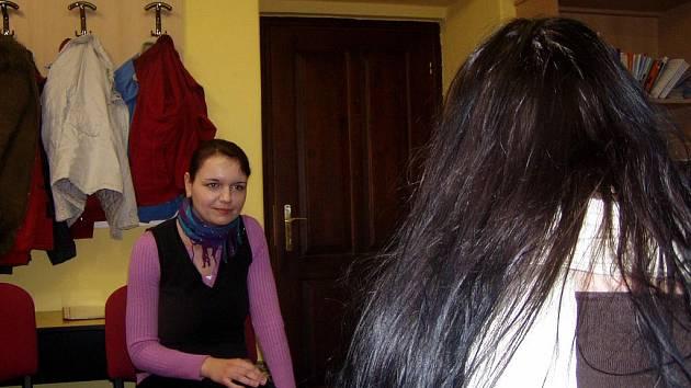 Sociální pracovnice Michaela Holá s klientkou v poradně pro cizince.