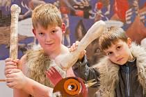 Písecká galerie Sladovna nabízí do 26. dubna rodinně zaměřenou výstavu Stroj času. Na snímku děti jako pravěcí lovci.