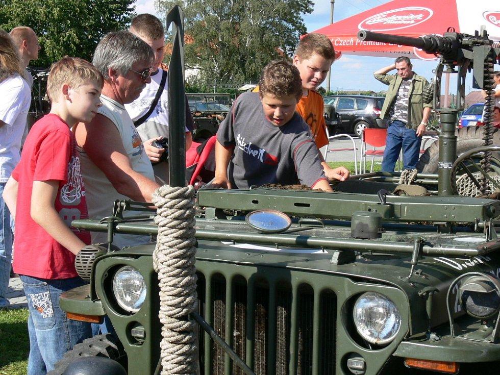 Kromě ukázky bitvy ze II. světové války mohli návštěvníci v sobotu v Horní Stropnici zhlédnout i dobovou vojenskou techniku. Například legendární americký Jeep Willys přitahoval pohledy nejenom mladých kluků.