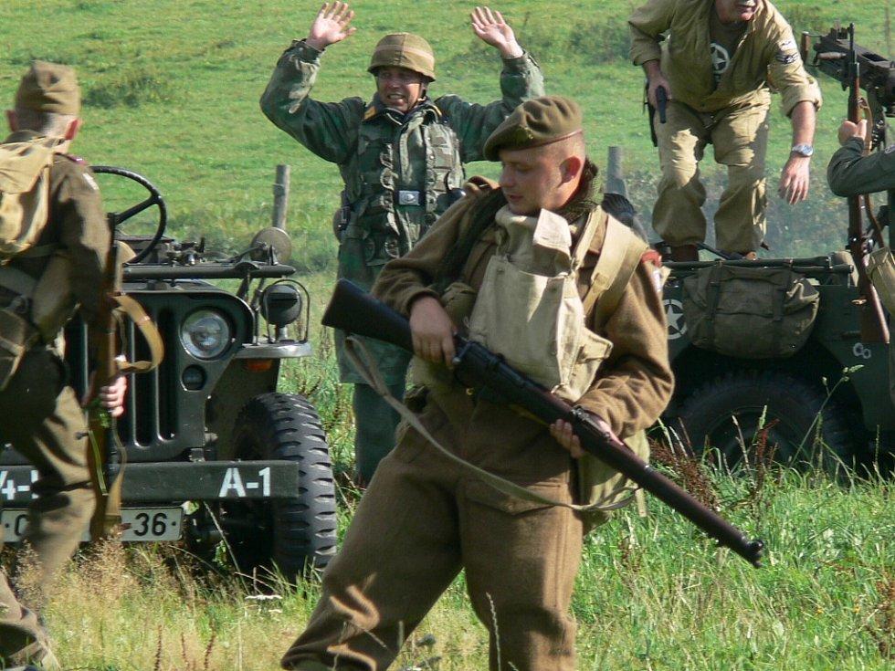 Na palouku u hornostropnické  sportovní haly po sobě ze zajištěných pozic střílí vojáci německého wehrmachtu a spojeneckých sil.