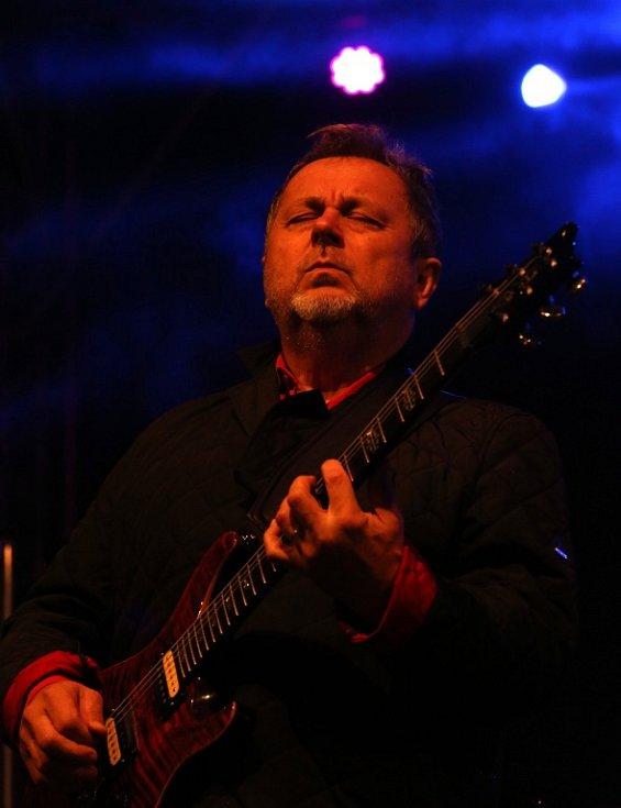 Na Svatováclavských slavnostech v Českém Krumlově hrála 26. září rocková Supergroup. Na snímku Michal Pavlíček.