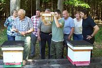Jak chovat včelí matky se členové spolku školili v letošním roce v krásném lesním prostředí na Picině.