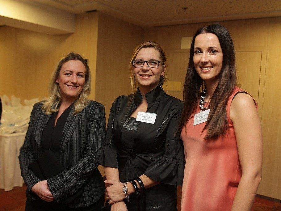 Slavnostní večer k ukončení třetího ročníku projektu Chováme se odpovědně. Na fotografii jsou zleva Helena Halabicová, Lenka Vohradníková a Alice Gregová z Jihočeské hospodářské komory.