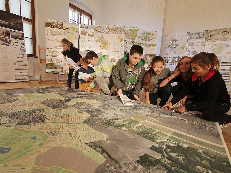 Budoucnost svého města odhalovali na výstavě Milenium v Jihočeském muzeu také žáci 6. třídy ZŠ Grünwaldova (zleva) Alena Pecková, Jan Jindra, Adam Dolejš, Stanislav Bůžek, Aneta Würstlová, Tara Tomášková a Lucie Gřegořková.
