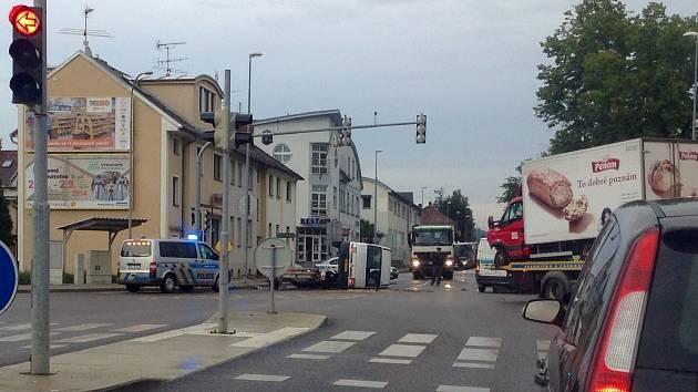 Provoz na Rudolfovské třídě v Českých Budějovicích zkomplikovala v úterý brzy ráno nehoda dvou dodávek.
